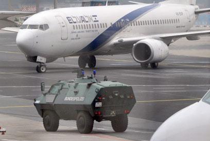 הוצאות הביטחון אדירות. מטוס אל על מאובטח בגרמניה (צילום: EPA)