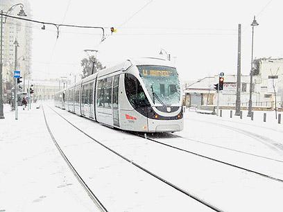 הרכבת הקלה נעה בחורף הירושלמי (צילום: בעז ניגן)