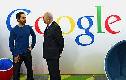 שמעון פרס עם מייסד גוגל סרגיי ברין (צילום: כריסטוף וו/גוגל)