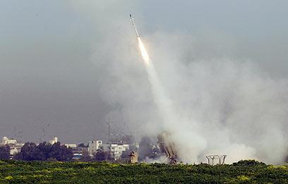 """מערכת """"כיפת ברזל"""" בפעולה"""" (צילום: AFP)"""