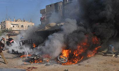 אש בעזה לאחר תקיפת חיל האוויר (צילום: AFP)