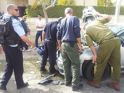 פגיעה במכונית בשכונה בבאר שבע (צילום: אילנה קוריאל)
