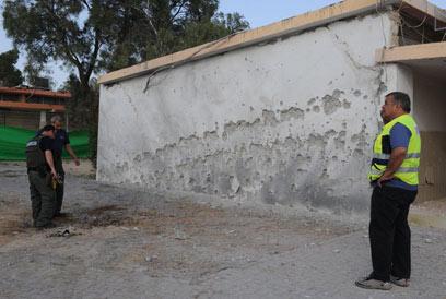 הנפילה ליד בית הספר. הקיר מחורר כולו (צילום: הרצל יוסף)