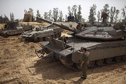 No break for army - IDF tanks (Photo: AFP)