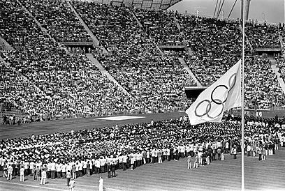המשחקים נמשכו, הדגל הורד לחצי התורן (צילום: Gettyimges)