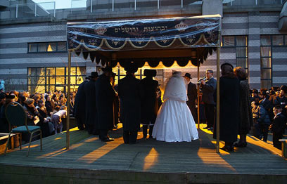 Non-Jewish wedding under a chuppah? (Illustration: Shutterstock) (Photo: Israel Bardugo)