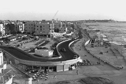 """טיילת חוף ים בתל אביב, אוגוסט 1957 (צילום: פריץ כהן, לע""""מ)"""