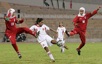 """שחקניות איראן עם החיג'אב. פיפ""""א אישרה גם לשחק עם כיסוי הראש (צילום: AP)"""