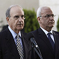 Mitchell (L) and Erekat in Ramallah (archives) Photo: AP