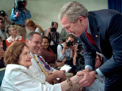 """""""הנשיא הגרוע ביותר"""". עם ג'ורג' בוש הבן ב-2006 (צילום: AP)"""