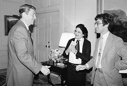 עם רונלד רייגן ב-1981 (צילום: AP)