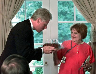 עם ביל קלינטון ב-1997  (צילום: AP)