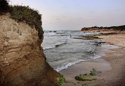 החוף הטבעי היחיד ללא עורף של עיר (צילום: אבי מועלם)