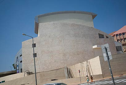 """היכל התרבות באריאל. """"שותפות לדבר עבירה במכונת האפרטהייד"""" (צילום: AP)"""
