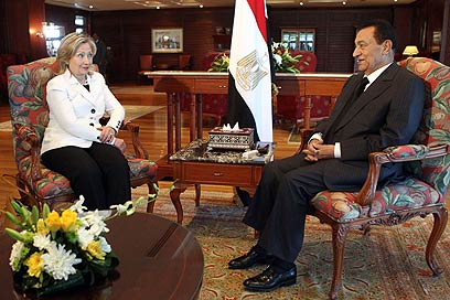 Clinton meeting with Mubarak in Egypt (Photo: AFP)