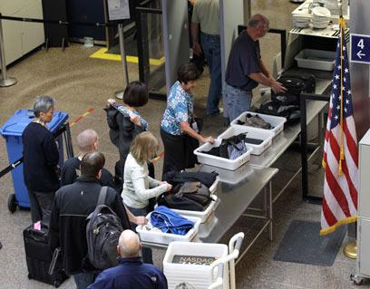 בידוק בנמל התעופה. לטוס אפילו בלי תיק יד? (צילום: AP)