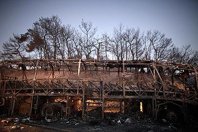 שריפת עצים הסתיימה במותם של 44 בני אדם. שרידי אוטובוס הצוערים (צילום: רויטרס)