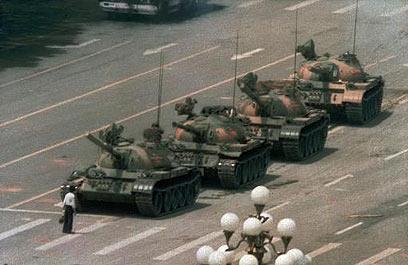 """התמונה המפורסמת של """"איש הטנק"""" ב-1989 (צילום: איי פי)"""