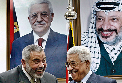 Don't want to be blamed for botched statehood bid. Haniyeh and Abbas (Photo: Reuters)