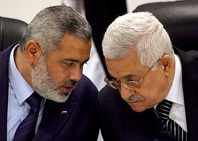 Haniyeh and Abbas (Photo: EPA)
