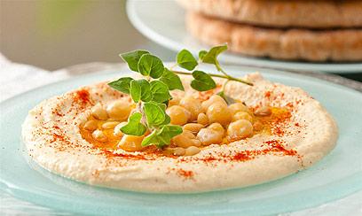 אוכלים לפחות שלוש-חמש כפות חומוס, שעשוי להיות שמן מאוד (צילום: ירון ברנר)