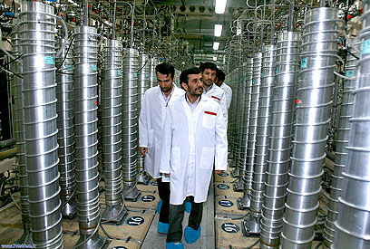 Ahmadinejad at Natanz nuclear plant (Archive photo: AP)