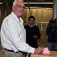 Chairman Oron casts vote Photo: Ofer Amram