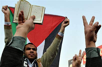 Egyptian protester with Koran (Archive photo: AP)