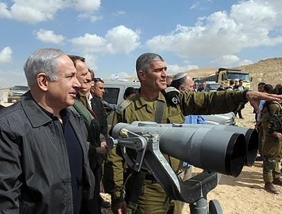 """ראש הממשלה ואלוף פיקוד דרום מסיירים באזור הגבול (צילום: עמוס בן גרשום, לע""""מ)"""