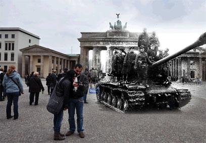 טנק בשער ברנדנבורג. ברלין, 1945 ()