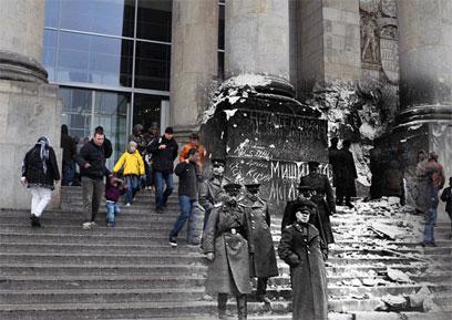 בניין הרייכסטאג, 1945 והיום ()