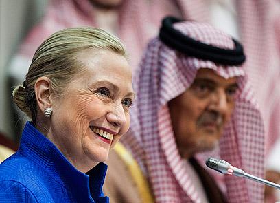 קלינטון בכנס בסעודיה לפני חודשים אחדים. הקונים מספר 1 (צילום: AP)