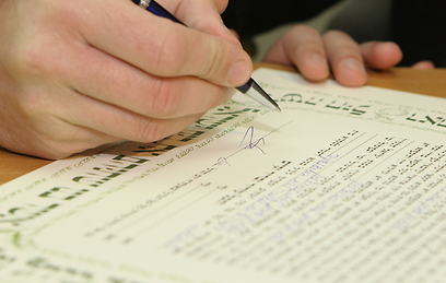 Signing the Ketubah (Illustration: Shutterstock)