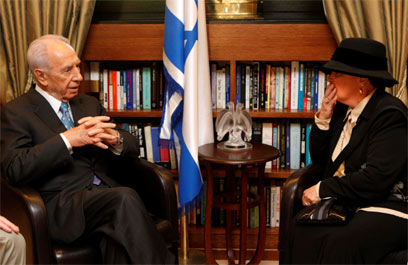 Peres with Ester Pollard (Archive photo: Ori Lench/ Flash 90)