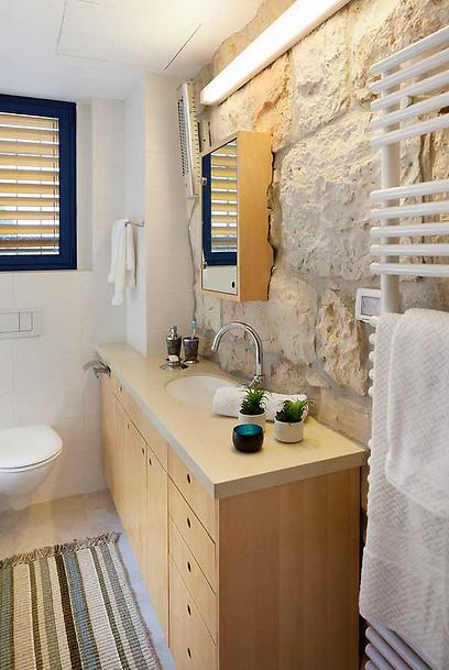 גם אבן וגם עץ. חדר האמבטיה (צילום: שי אפשטיין)