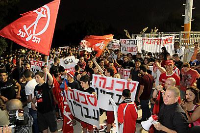 """אוהדי הפועל ת""""א מפגינים נגד טביב (צילום: עוז מועלם)"""