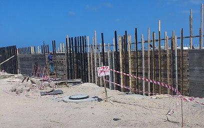 החומה בחוף נחשולים (צילום: גדעון בצלאל)