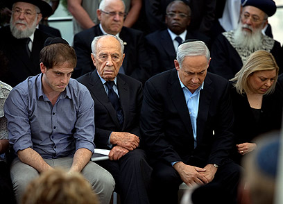 Peres with Netanyahu family (Photo: Ohad Zwigenberg)