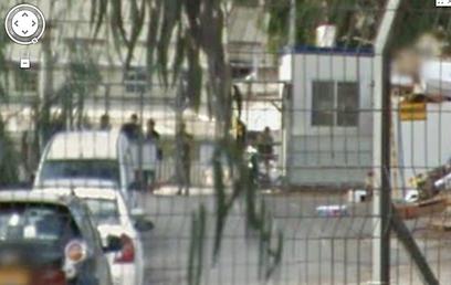 חיילים בתקריב  (צילום: Street View on Google Maps)