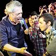 Shlomo Artzi singing with Gilad Shalit Photo: Gil Nechushtan
