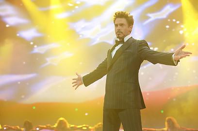 """רוברט דאוני ג'וניור כטוני סטארק ב""""איירון מן 2"""". מי פלייבוי? ()"""
