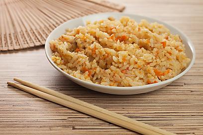 אפשר גם להוסיף מעט גזר מגורר. אורז מלא (צילום: shutterstock)