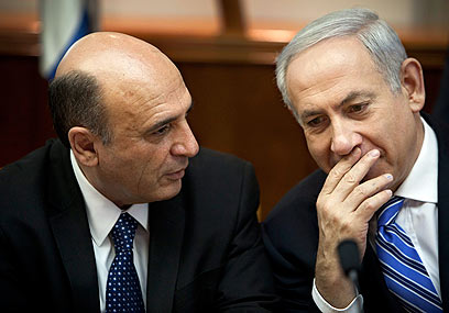 Netanyahu and Mofaz (Photo: AP)