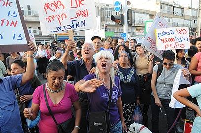 """""""צאו לנו מהבית"""", מפגינים ומפגינות בדרום תל אביב (צילום: ירון  ברנר)"""