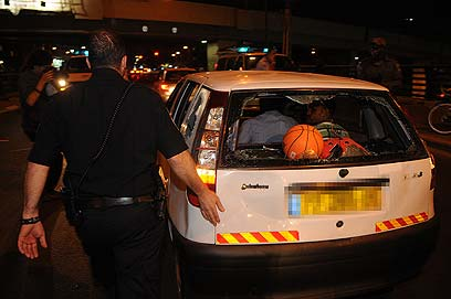 שמשת הרכב שהותקף (צילום: ירון ברנר)