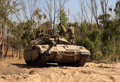 """טנק באזור התקרית. צה""""ל הגיב בירי פגזים (צילום: AP)"""