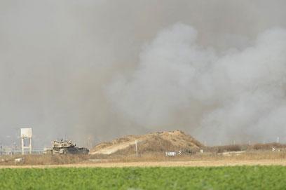 ענן עשן באזור התקרית. הפלסטינים מדווחים על ארבעה פצועים (צילום: AFP)