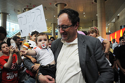 Hero's welcome at airport (Photo: Yaron Brener)