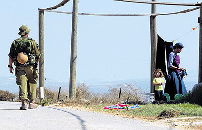 """חייל צה""""ל בהתנחלות. מציאות יומיומית בשומרון  (צילום: שאול גולן)"""