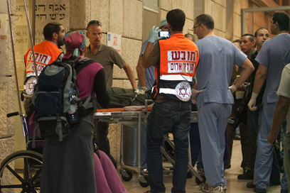Officer arrives at Hadassah hospital (Photo: Ohad Zwigenberg)